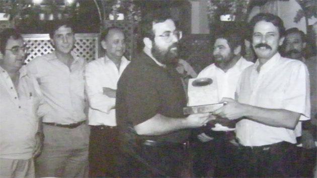 Carlos Spínola recibe del presidente del Grupo Gastronómico Gaditano, Pepe Pérez Moreno, el premio anual del grupo por su libro. Era el año 1991. Foto cedida por Carlos Spínola.