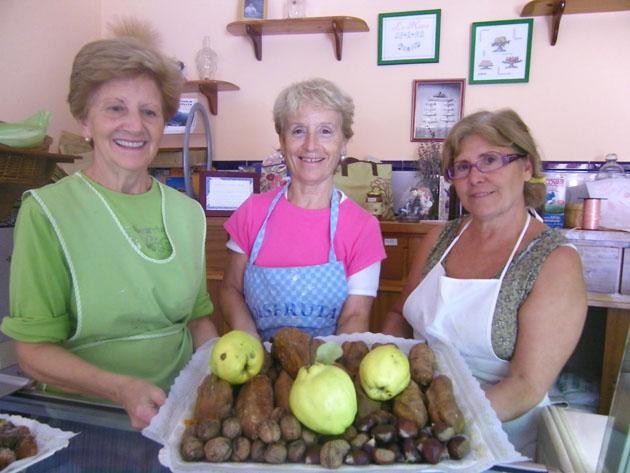 Las propietarias de la confitería La Nave con una bandeja de boniatos, frutos secos y membrillos. Foto: Cosas de Comé