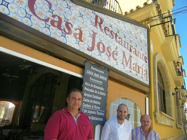 Rafael Trujillo Guirola, con polo rojo, junto a la familia Mota, propietarios del restaurante Casa José Mari, uno de los que surte de carne en Zahara. Foto: Cosas de Comé.