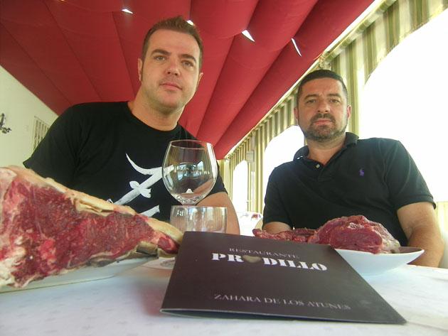 Rodrigo Lago y Oscar Hernández, del restaurante Pradillo, uno de los participantes en la ruta, con varios cortes de carne de retinto. Foto: Cosas de Comé.