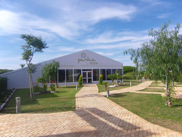 Unos amplios jardines dan paso al salón de celebraciones de Show de Tapas bautizado con el nombre de Show Garden. Foto: Cosas de Comé.