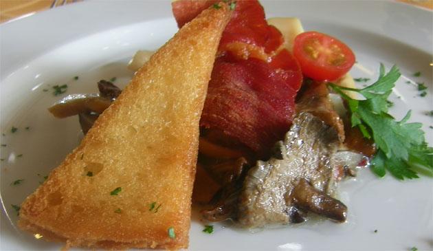 Salteado de setas del Campo de Gibraltar con vieiras, un plato que se podrá degustar desde el 16 de octubre en el restaurante El Aljibe del complejo turístico Castillo de Castellar. Foto: Cosas de Comé