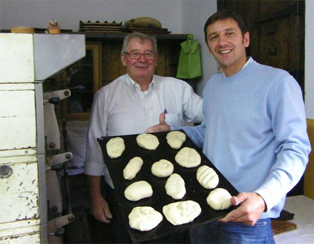 """Manolo González y su hijo Francisco muestran los panes realizados por los """"aprendices"""" de panadero. Foto: Cosas de Comé."""