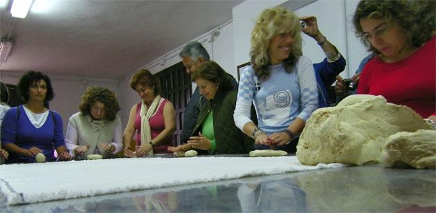 Un momento del taller de amasado de pan que se llevará a cabo durante la visita. Foto: Cosas de Comé.