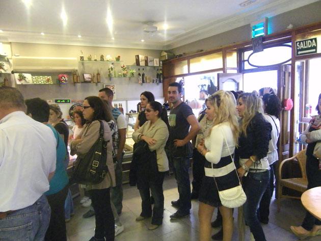 Esta imagen es habitual en La Tarifeña los domingos y festivos, colas de gente esperan para comprar sus dulces. Foto: Cosas de Comé.