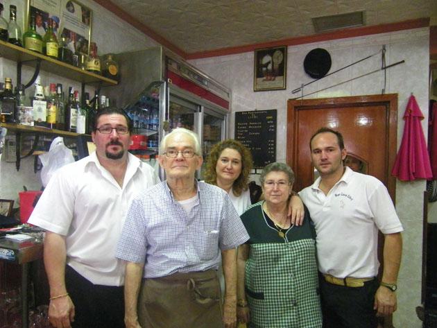 """La familia de """"El Litri"""" al completo. El primero por la izquierda es su hijo Antonio. A su lado el propio Litri. Le siguen su hija Francisca, cocinera actual, su madre  y José María. Foto: Cosas de Comé"""