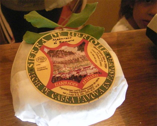 Los quesos tienen una presentación muy cuidada. Van envueltos en papel blanco y luego adornado con hojas de plantas de la zona. Foto: Cosas de Comé.