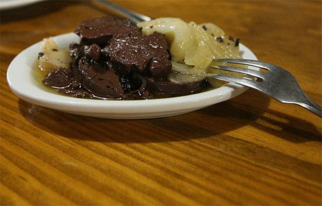 Sangre encebollá, uno de los guisos que se degustarán el domingo en Trebujena. Foto: Cosas de Comé