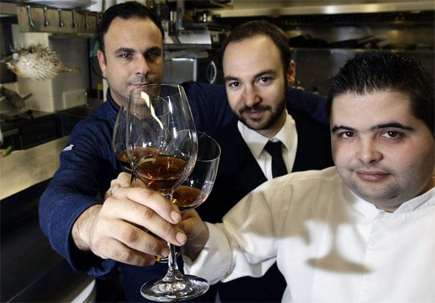 Angel León con los otros dos valladares de su equipo los también gaditanos Juan Luis Fernández, jefe de cocina y Juan Henestrosa, somelier y jefe de sala. Foto: La Voz de Cádiz.