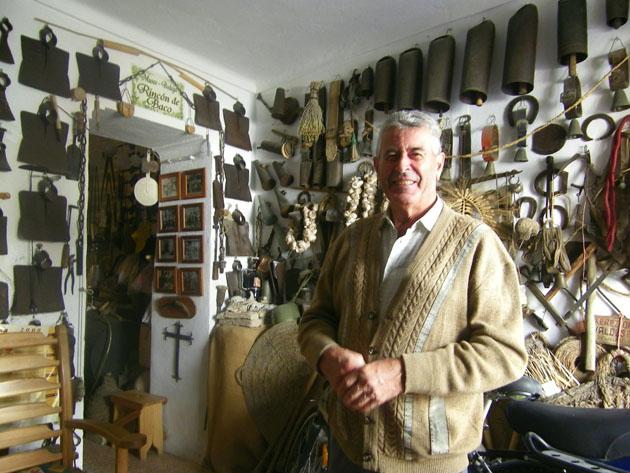 Antonio Valderas en el salón de su casa, transformado en museo. Foto: Cosas de Comé