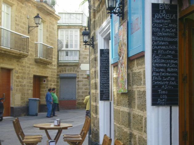 """La terraza y la lista de tapas de La Rambla, uno de los bares emblemáticos de """"Santa María Gastronómica"""". Foto: Cosas de Comé"""