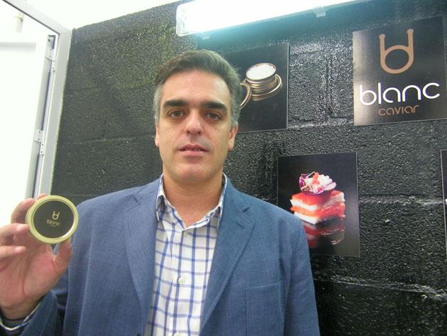 Blas Hervías en sus instalaciones del polígono Tres Caminos con un envase de Blanc Caviar. Foto: Cosas de Comé