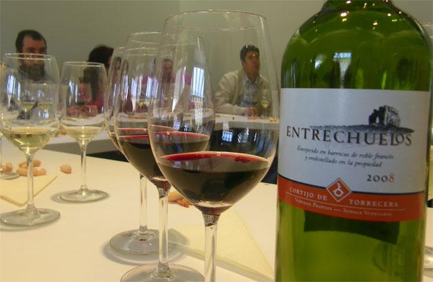 Los nuevos vinos junto a una botella de Entrechuelos tinto, uno de los vinos que ya comercializa Finca Torrecera, la bodega jerezana especializada en vinos blancos y tintos. Foto: Cosas de Comé