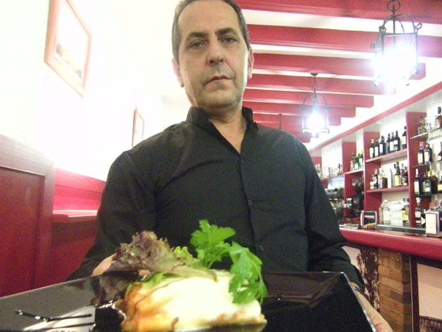 Carlos Delgado, gerente de Los Faroles y también encargado del comedor, con una de las tapas de Los Faroles. Foto: Cosas de Comé.