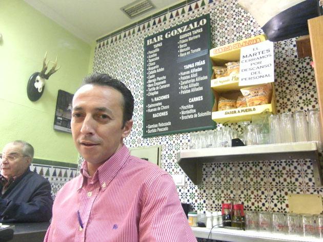 Carlos Gómez el autor de estas magníficas zanahorias aliñás, tras la barra del Bar Gonzalo de El Puerto de Santa María. Foto: Cosas de Comé.