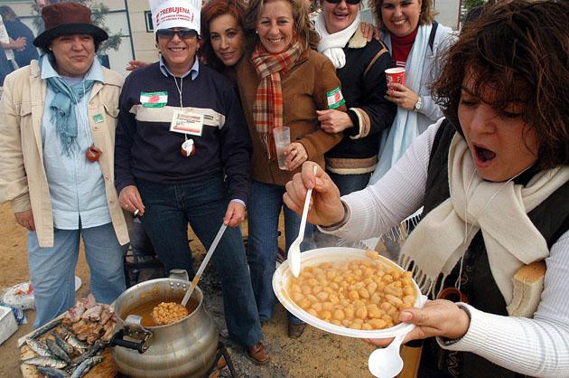 El buen humor reina en la fiesta en la que los diferentes grupos que realizan el guiso invitan a comer a los visitantes