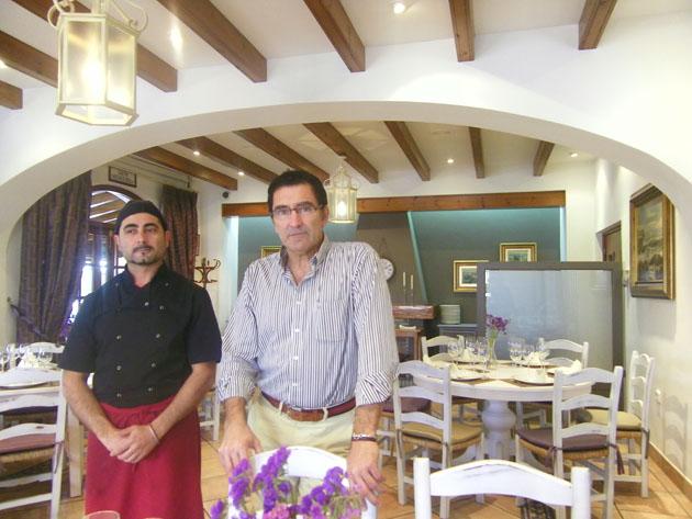 El jefe de cocina del Bar Jamón, el portuense José Antonio García Laguna, junto a Pepe Fernández, propietario del establecimiento, en uno de los recien remodelados salones del restaurante. Foto: Cosas de Comé