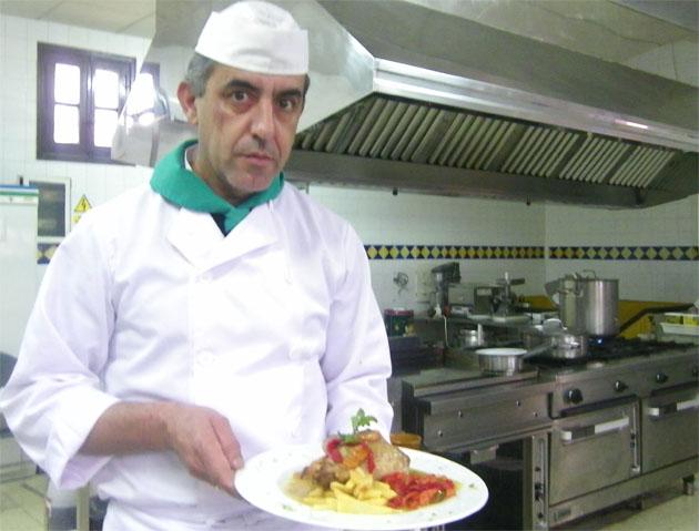José Antonio Guerrero Salguero, autor de la receta en la cocina del restaurante del Hotel Las Truchas. Foto: Cosas de Comé.