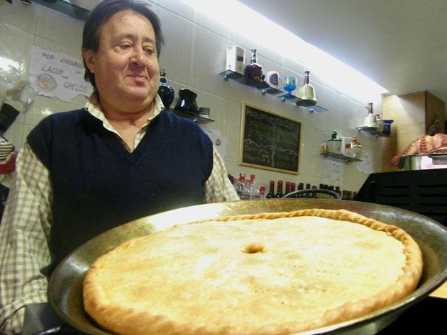 Juan Carlos Rodríguez López, el creador de las famosas empanadas del Bar Noya, con un ejemplar listo para servir. Foto: Cosas de Comé.