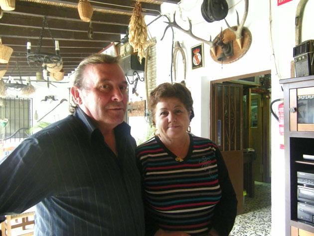 """Manolo Pérez """"EL Rubio"""" y Manuela Sañudo en el patio de la venta. Foto: Cosas de Comé."""
