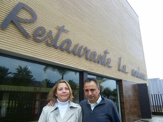 Pepi Márquez y Manolo Valencia a las puertas de su nuevo restaurante en la salilda de Jerez hacia Sanlúcar, en la Avenida de Bonanza. Foto: Cosas de Comé.