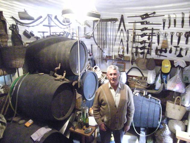El particular museo de Antonio Valderas en su mosto de Trebujena. Foto: Cosas de Comé.