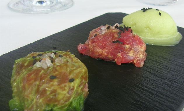 Uno de los platos de la carta que combina el atún rojo de Barbate, crudo y macerado en tartar, acompañado de lechuga de mar de los esteros de la Bahía y un helado de wasabi, un condimento japonés. Foto: Cosas de Comé