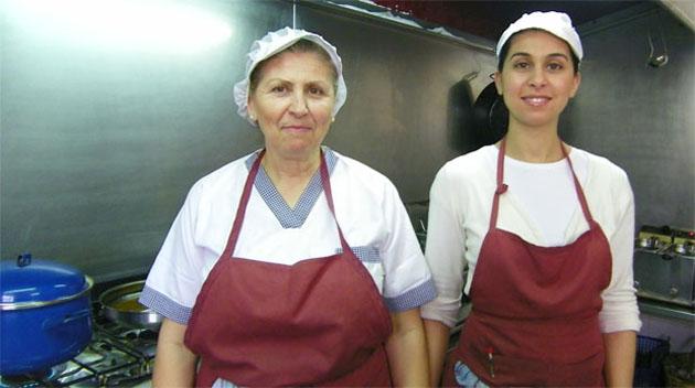 Teresa Márquez y su hija Teresa Jiménez en la cocina de la Venta El Albero de Jerez. Foto: Cosas de Comé