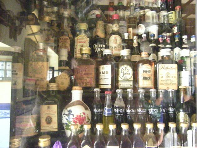 Vista de una de las vitrinas de botellas que se pueden contemplar en la Tabena del Guerrita. Foto: Cosas de Comé.