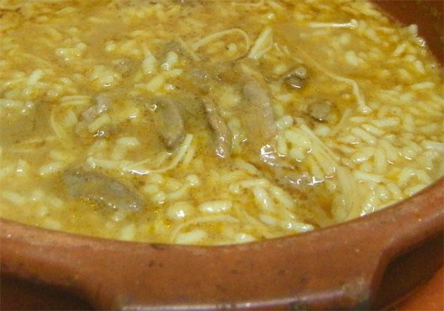 El arroz con pato y setas que acaba de estrenar El Caballo Negro en Puerto Real. Foto: Cosas de Comé.