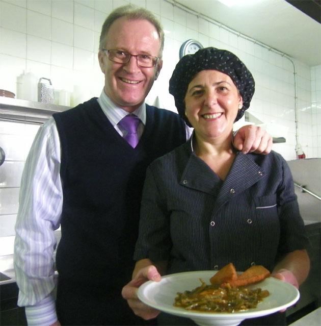 Andrés Rodríguez, gerente de La Duquesa,  y su esposa Carmen Prieto, jefa de cocina de La Duquesa con un plato de tagarninas esparragás. Foto: Cosas de Comé.
