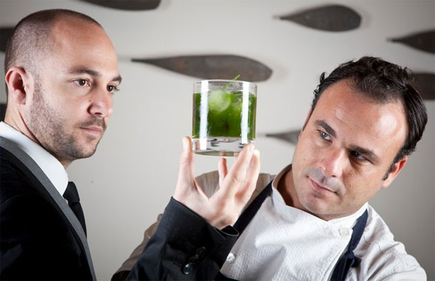 Juan Ruiz Henestrosa, jefe de sala y encargado de escoger los vinos que acompañarán la cena con Angel León, el propietario de A Poniente. Foto: Cedida por restaurante A Poniente