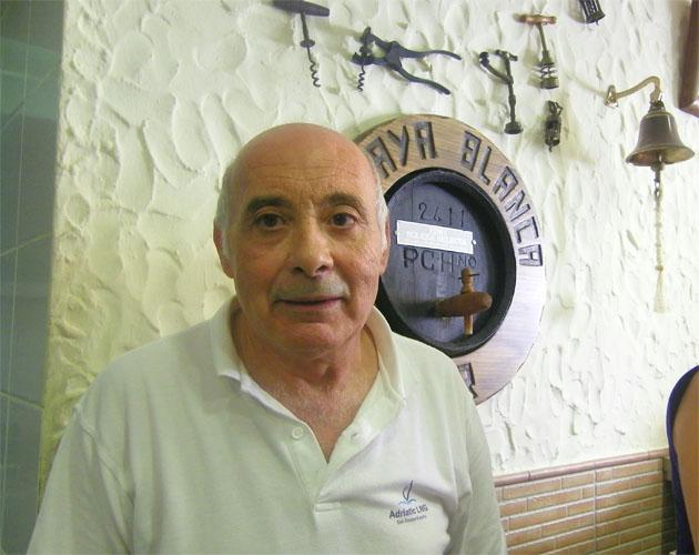 Antonio Muñoz Melendez, todo un catedrático en fritura de pescados a sus 74 años en su bar El Playa Blanca de Tarifa: Foto: Cosas de Comé.