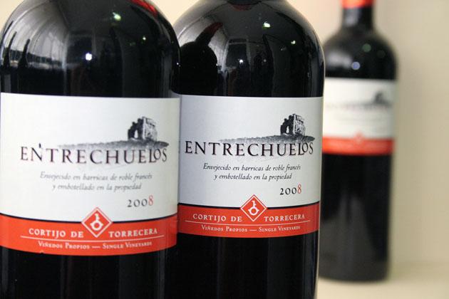 Botellas de uno de los tintos de Entrechuelos. Foto: Lola Monforte