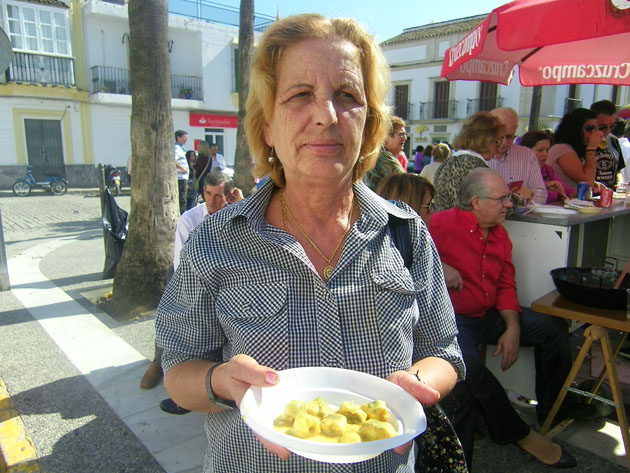 Feliciana Caballero con su guiso de anguilas en amarillo.