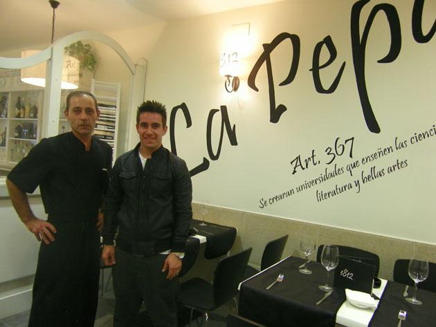 El cocinero Fernando Domínguez Chirino junto al promotor del establecimiento Pablo Alcántara Mancilla en uno de los comedores de 1812. Foto: Cosas de Comé.