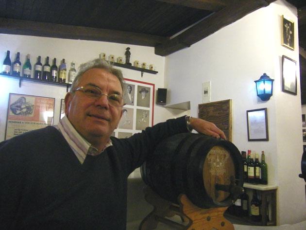 Juan Reyes junto a una bota de manzanilla de Sanlúcar. Foto: Cosas de Comé