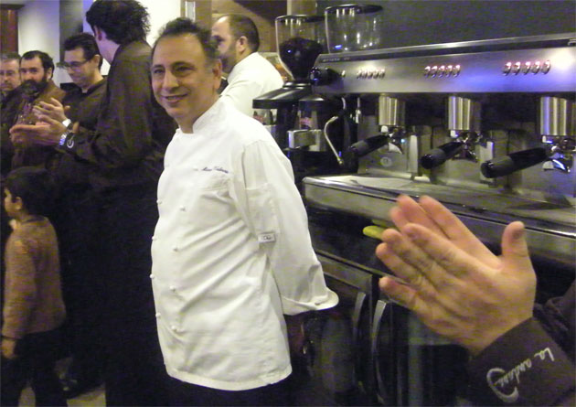 Manolo Valencia recibe losaplausos del público en la inauguración del restaurante La Andana. Foto: Cosas de Comé.