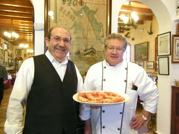Los hermanos Paco y Fernando Hermoso en Casa Bigote con una fuente de sus famosos langostinos cocidos. Es uno de los establecimientos destacados en Michelín. Foto: Cosas de Comé.