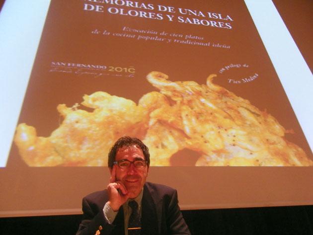 El cocinero y periodista gastronómico Pepe Oneto durante la presentación de su libro Memoria de una isla de olores y sabores. Foto: Cosas de Comé.