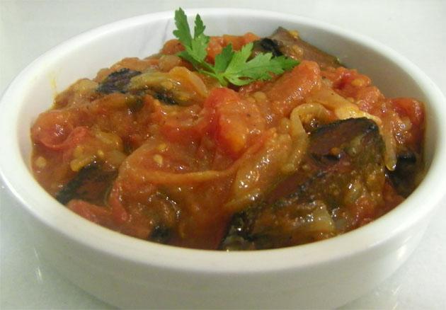 La sangre en tomate, una de las tapas de 1812, todo un clásico de la cocina gaditana. Se puede apreciar el refrito con las verduras sin moler. Foto: Cosas de Comé.