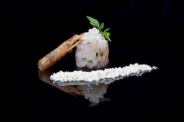 Presentación final del tartar de gambas con caviar blanco. Foto: Gota Estudio para Blanc Gastronomy
