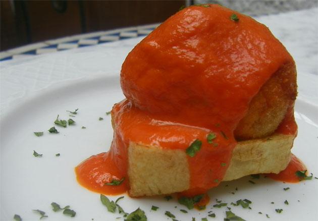 La albóndiga de bacalao en salsa de pimientos del piquillo, una de las propuestas que ofrece el Bar Cádiz durante las jornadas. Foto: Cosas de Comé.