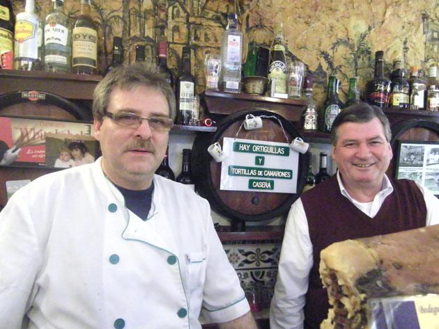 Paco Ferrer, el cocinero de La Bodeguita junto al propietario Juan Antonio Chamorro, que se encarga de atender la barra y la terraza. Foto: Cosas de Comé