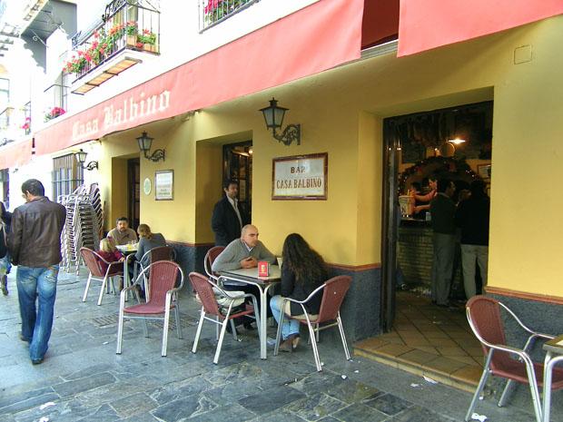 Casa Balbino uno de los establecimientos de tapas más conocidos de Andalucía. Su tapa estrella son las tortillitas de camarones. Foto: Cosas de Comé.