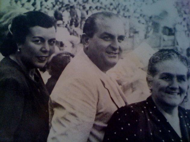 Juan Vargas, el fundador de la Venta de Vargas junto a su madre Catalina Pérez, a la izquierda de la foto. Ella fue la creadora de la fórmula de las tortillitas de camarones tal como las conocemos hoy en día. Foto cedida por la Venta de Vargas.