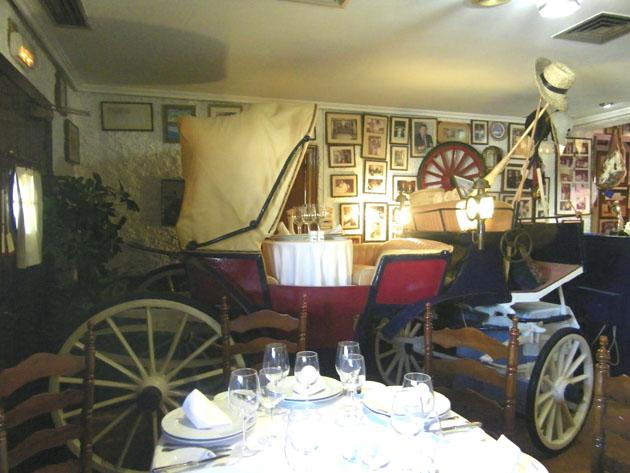 El coche de caballos del Mesón El Copo. En él pueden comer hasta cuatro comensales. Ha sido testigo de peticiones de boda o regalos para alguien especial. Foto: Cosas de Comé.