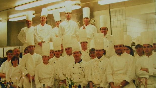 Alejandro Fernández con el equipo de cocineros que sirvio la cena del premio Nobel Camilo José Cela en 1989. Allí, en Estocolmo, se sirvieron las tortiillitas de camarones y algas a 1.500 personas. Foto cedida por Alejandro Fernández.