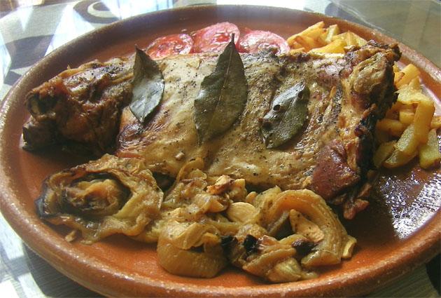 Costillar de cordero ecológico de la Sierra de Cádiz preparado para servir en el mesón restaurante El Refugio de San Antón en Benaocaz. Foto: Cosas de Comé.