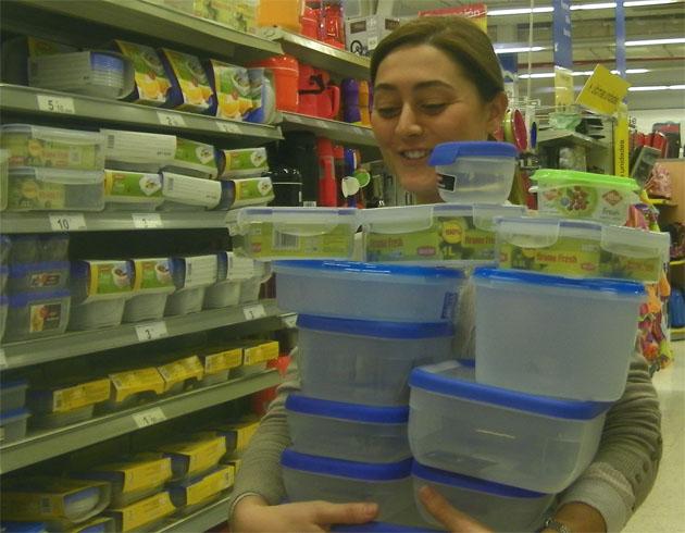 Cristina de la Torre, la creadora de Iniciativa Darme, con un buen lote de fiambreras dispuestas para intercambiar comida con otros miembros de su página en facebook Iniciativa Darme (de comer). Foto: Cosas de Comé.